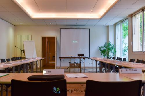 salle de réunion avec paperboard et écran de projection