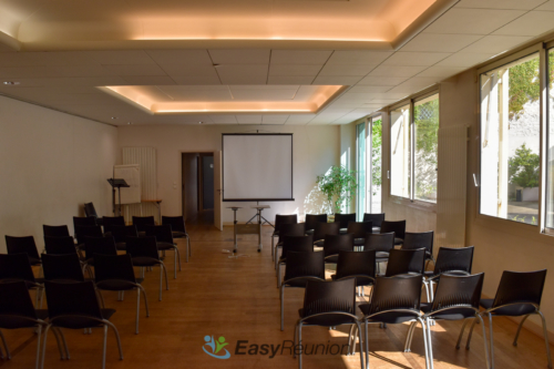 salle formation écran de projection et éclairage naturel